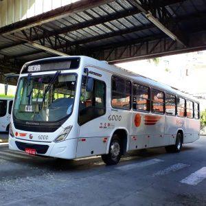 um ônibus da Mirage deixando o terminal de são roque