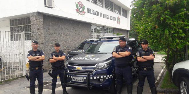 quatro guardas civis de cotia posam em volta de viatura da corporação
