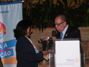 Edson Borcato entrega prêmio do Rotary Club de São Paulo Morumbi à presidente Elizabeth