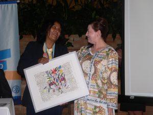 Presidente Elizabeth recebe quadro bordado pela nova associada Fátima Marinho