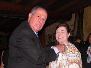 Edson Borcato coloca um broche na blusa de Fátima Marinho