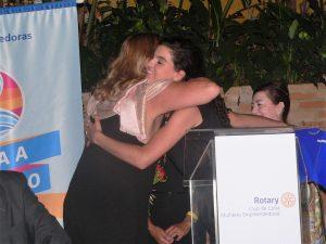 Izilda Borcato abraçando Maria Antonia Medeiros
