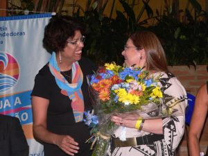 Lidia Wahhab recebe homenagem da mestre de cerimônias