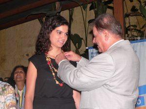 José Antonio Figueiredo Antiório colocando broche no vestido de Maria Antonia Medeiros