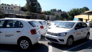 veículos da saúde de são roque estacionados lado a lado