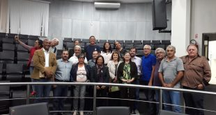alexandre pierroni posa com participantes de audiência pública