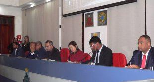 vereadores na mesa diretora da câmara de cotia durante sessão