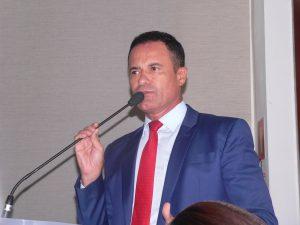 Arildo Gomes discursando na tribuna da câmara de cotia