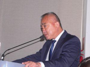 Celso Itiki discursando na tribuna da câmara de cotia