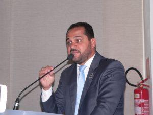 Edson Silva discursando na tribuna da câmara de cotia