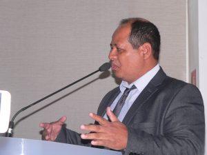 Eduardo Nascimento discursando na tribuna da câmara de cotia