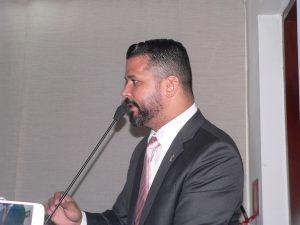 Fernando Jão discursando na tribuna da câmara de cotia