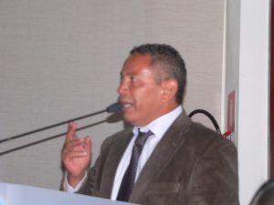 Paulinho Lenha discursando na tribuna da câmara de cotia