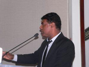 Professor Osmar discursando na tribuna da câmara de cotia