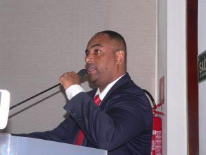Sandrinho Santos discursando na tribuna da câmara de cotia