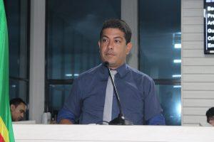 Fabinho Reis discursando na tribuna da câmara de carapicuíba