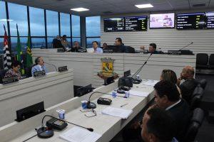 vereadores reunidos para sessão na câmara de carapicuíba
