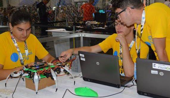 aluos do centro paula souza trabalhando em projeto na campus party