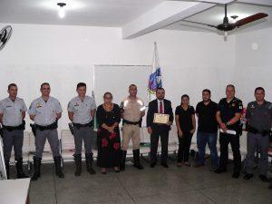 autoridades presentes no conseg posam para foto com placa de homenagem