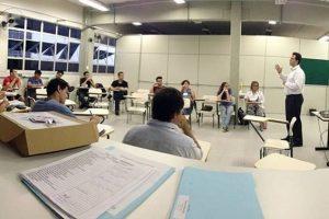 Participantes do programa reunidos em sala de aula