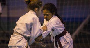 duas jovens karatecas disputando uma partida