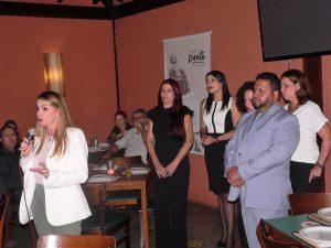 Marília Valença discursando com sua equipe ao lado
