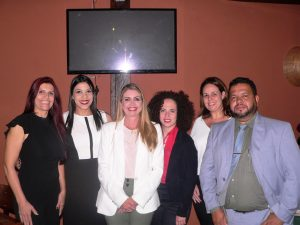 Marília Mendonça e equipe posam para foto