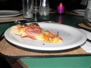 uma fatia de pizza de lombo com mussarela