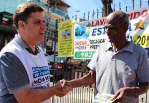 prefeito marcos neves cumprimentando morador durante patrulha da dengue