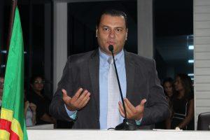 presidente guto discursa na tribuna da câmara de carapicuíba