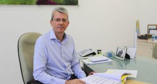 prefeito paulo barufi posa para foto sentado à sua mesa