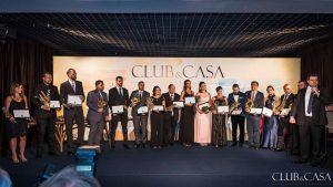 Profissionais e lojistas premiados na edição 2017 do Club&Casa Design posam para foto no palco
