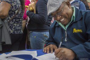 homem sorridente preenchendo formulário