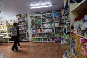 biblioteca com estantes cheias de livros