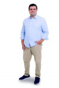 Thiago Sodré, CEO do Club&Casa Design, posa para foto ante um fundo branco