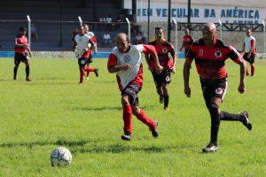 jogadores do XI Garotos e do Rubro Negro disputam uma partida