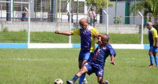jogadores do Santa Catarina e do Suorimé disputam uma partida