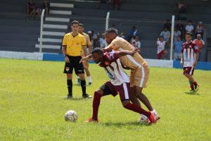 jogadores do Catuense e do Vila Iza disputam uma partida