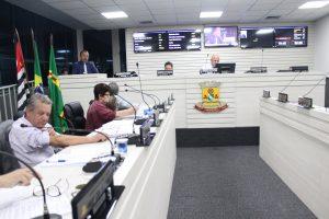 vereadores reunidos durante sessão na câmara de carapicuíba
