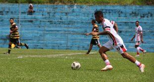 jogadores do Planalto e do Parceria disputando uma partida de futebol