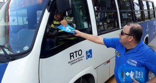 panfletista entrega material a motorista de microônibus
