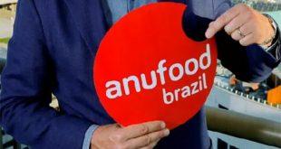 homem segurando placa da 'anufood brazil'