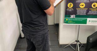 agente do detran fiscalizando uma empresa de vistoria