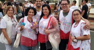 equipe da saúde de são roque posa para foto durante carnaval