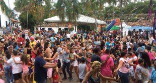 multidão dançando no carnaval da família da aldeia