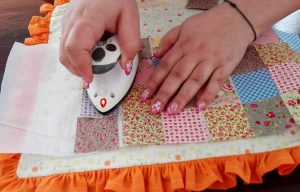 um par de mãos trabalhando em um tecido