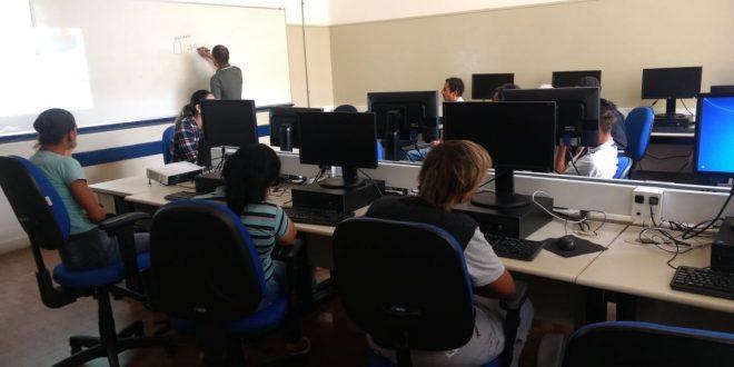 pessoas usando computadores em curso de qualificação do fett