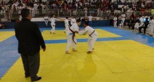 atletas cotianos disputando partida de judô