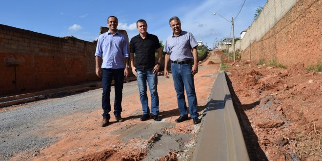 vereadores Marquinho Arruda e Cabo Jean e o prefeito Cláudio Goés posam para foto nas obras da rua Maria Clara Sabbatini