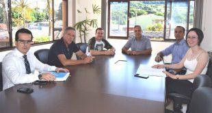 vereador Marquinho Arruda, Prefeito Cláudio Góes, vereador Niltinho Bastos, presidente do Núcleo da Floresta, Rafael Mana, e representantes dos Departamentos Jurídico e de Planejamento posam para foto à mesa de discussão